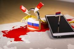 Λουκέτο, καθαρό καλώδιο, σημαία της Ρωσίας σε ένα smartphone και χάρτης της Ρωσίας Στοκ φωτογραφία με δικαίωμα ελεύθερης χρήσης