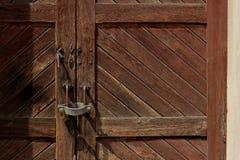 Λουκέτο σε μια ξύλινη πόρτα σε έναν σιδηροδρομικό σταθμό στην Ιταλία Στοκ φωτογραφία με δικαίωμα ελεύθερης χρήσης