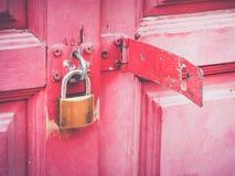 Λουκέτο σιδήρου στη ρόδινη ξύλινη πύλη Στοκ φωτογραφίες με δικαίωμα ελεύθερης χρήσης