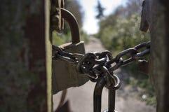 Λουκέτο στην αλυσίδα η πύλη Στοκ εικόνες με δικαίωμα ελεύθερης χρήσης