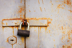 Λουκέτο στην παλαιά πόρτα γκαράζ Στοκ Φωτογραφίες