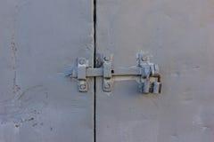 Λουκέτο στις γκρίζες πόρτες σιδήρου στοκ φωτογραφία με δικαίωμα ελεύθερης χρήσης