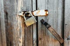 Λουκέτο στις πόρτες μιας παλαιάς εγκαταλειμμένης σιταποθήκης Στοκ Εικόνα
