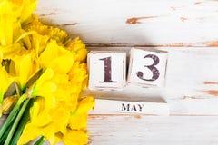 Λουλούδια άνοιξη και ξύλινοι φραγμοί με την ημερομηνία ημέρας μητέρων, στις 13 Μαΐου, Στοκ φωτογραφία με δικαίωμα ελεύθερης χρήσης