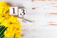 Λουλούδια άνοιξη και ξύλινοι φραγμοί με την ημερομηνία ημέρας μητέρων, στις 13 Μαΐου, Στοκ εικόνα με δικαίωμα ελεύθερης χρήσης