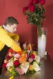 λουλούδια ανθοκόμων που ταξινομούν τις νεολαίες Στοκ Εικόνες