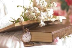 λουλούδια, βιβλίο και ρολόι Στοκ φωτογραφίες με δικαίωμα ελεύθερης χρήσης