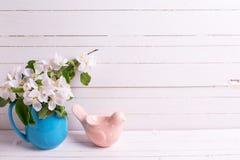 Λουλούδια δέντρων της Apple στη στάμνα και το πουλί Πάσχας άσπρο σε ξύλινο Στοκ Φωτογραφίες