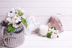 Λουλούδια δέντρων της Apple στο βάζο, τη διακοσμητικά καρδιά και τα κεριά στο whi Στοκ φωτογραφία με δικαίωμα ελεύθερης χρήσης