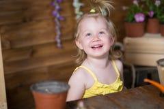 Λουλούδια εγκαταστάσεων κοριτσάκι στοκ φωτογραφία