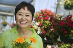 Λουλούδια εκμετάλλευσης γυναικών στοκ φωτογραφίες με δικαίωμα ελεύθερης χρήσης