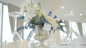 Λουλούδια επιτραπέζιων ντεκόρ στο εστιατόριο απόθεμα βίντεο