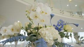 Λουλούδια επιτραπέζιων ντεκόρ στο εστιατόριο φιλμ μικρού μήκους