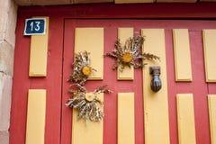 Λουλούδια κάρδων σε μια πόρτα μέσα Στοκ εικόνα με δικαίωμα ελεύθερης χρήσης