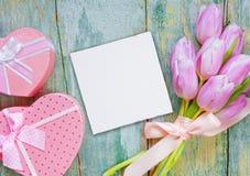 Λουλούδια, κάρτα εγγράφου και κιβώτια δώρων Στοκ εικόνα με δικαίωμα ελεύθερης χρήσης