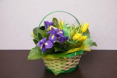 Λουλούδια Κίτρινη ανθοδέσμη τουλιπών και ίριδων Στοκ φωτογραφίες με δικαίωμα ελεύθερης χρήσης