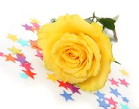 Λουλούδια και ένα μπουκάλι της σαμπάνιας στοκ φωτογραφίες