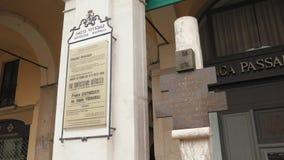 Λουλούδια και αναμνηστική πινακίδα του βομβαρδισμού Loggia della πλατειών στο Brescia απόθεμα βίντεο