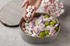 Λουλούδια και γλυκά στο κιβώτιο κινούμενων σχεδίων - πώς να κάνει το λατρευτό δώρο, s Στοκ εικόνες με δικαίωμα ελεύθερης χρήσης
