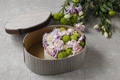 Λουλούδια και γλυκά στο κιβώτιο κινούμενων σχεδίων - πώς να κάνει το λατρευτό δώρο, s Στοκ Εικόνες