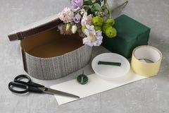 Λουλούδια και γλυκά στο κιβώτιο κινούμενων σχεδίων - πώς να κάνει το λατρευτό δώρο, s Στοκ εικόνα με δικαίωμα ελεύθερης χρήσης