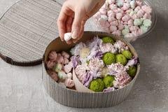 Λουλούδια και γλυκά στο κιβώτιο κινούμενων σχεδίων - πώς να κάνει το λατρευτό δώρο, s Στοκ Φωτογραφία