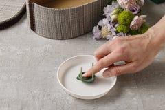 Λουλούδια και γλυκά στο κιβώτιο κινούμενων σχεδίων - πώς να κάνει το λατρευτό δώρο, s Στοκ Φωτογραφίες