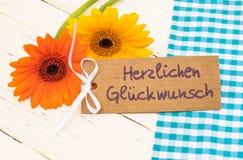 Λουλούδια και ευχετήρια κάρτα με το γερμανικό κείμενο, Herzlichen Glueckwunsch, συγχαρητήρια μέσων στοκ εικόνα με δικαίωμα ελεύθερης χρήσης
