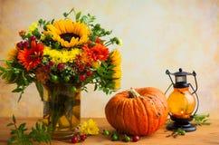 Λουλούδια και κολοκύθα φθινοπώρου στοκ φωτογραφία με δικαίωμα ελεύθερης χρήσης