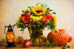 Λουλούδια και κολοκύθα φθινοπώρου στοκ φωτογραφίες με δικαίωμα ελεύθερης χρήσης