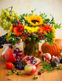 Λουλούδια και κολοκύθα φθινοπώρου στοκ εικόνα με δικαίωμα ελεύθερης χρήσης