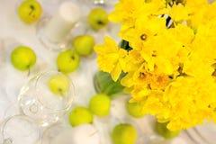 Λουλούδια και μήλα στον πίνακα στοκ φωτογραφία με δικαίωμα ελεύθερης χρήσης