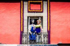 Λουλούδια και σκελετοί Dia de Los Muertos στην Πόλη του Μεξικού ΑΛΑ Frida & Diego στοκ φωτογραφία με δικαίωμα ελεύθερης χρήσης