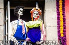 Λουλούδια και σκελετοί Dia de Los Muertos στην Πόλη του Μεξικού ΑΛΑ Frida & Diego στοκ εικόνες με δικαίωμα ελεύθερης χρήσης