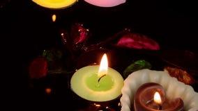 Λουλούδια και φύλλα κεριών στο νερό