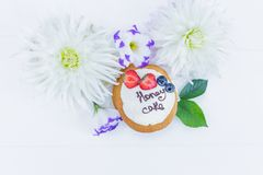 Λουλούδια και φύλλα με τις πίτες whoopie μέλι κέικ που τεμαχίζεται Τοπ όψη Στοκ Εικόνες