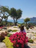 Λουλούδια και ωκεάνια άποψη γυναικών στοκ εικόνα