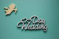 λουλούδια καρτών νυφών που χαιρετούν το γάμο δαχτυλιδιών Ημέρα γάμου λέξεων, καρδιές και άγγελος αγάπης στο μπλε υπόβαθρο Αγάπη κ Στοκ Εικόνα
