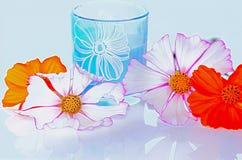 Λουλούδια κόσμου και ένα γυαλί Στοκ Εικόνες
