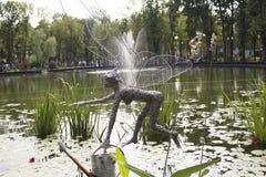 Λουλούδια ποτίσματος νεράιδων νεράιδων η πεταλούδα νεράιδων, νεράιδα με το πότισμα μπορεί Στοκ φωτογραφία με δικαίωμα ελεύθερης χρήσης