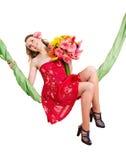 λουλούδια που κρατούν τις νεολαίες γυναικών ταλάντευσης στοκ φωτογραφία