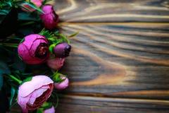 Λουλούδια σε ένα ξύλινο καφετί υπόβαθρο Στοκ Εικόνα