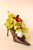 Λουλούδια σε ένα παπούτσι γυναικών στοκ φωτογραφίες με δικαίωμα ελεύθερης χρήσης
