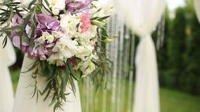 Λουλούδια στη γαμήλια αψίδα φιλμ μικρού μήκους