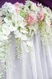 Λουλούδια στο άσπρο ύφασμα Στοκ Εικόνα