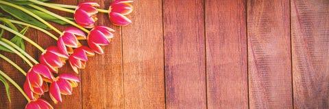 Λουλούδια στο ξύλινο πάτωμα Στοκ Εικόνες