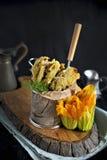 Λουλούδια της κολοκύθας και των κολοκυθιών που τηγανίζονται, της παραδοσιακής ιταλικής κουζίνας διάστημα αντιγράφων στοκ φωτογραφίες με δικαίωμα ελεύθερης χρήσης