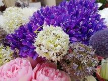 Λουλούδια των διαφορετικών χρωμάτων στο κορσάζ για τη διακόσμηση Στοκ Εικόνες