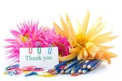 Λουλούδια φθινοπώρου με το βιβλίο και τα μολύβια Στοκ Φωτογραφία