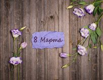 Λουλούδια Eustoma γύρω από την πορφυρή κάρτα εγγράφου τεχνών με στις 8 Μαρτίου επάνω Στοκ φωτογραφίες με δικαίωμα ελεύθερης χρήσης